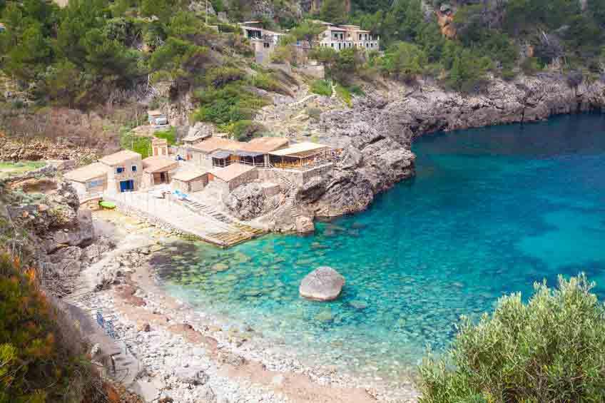 Strand med klipper i Cala Deia
