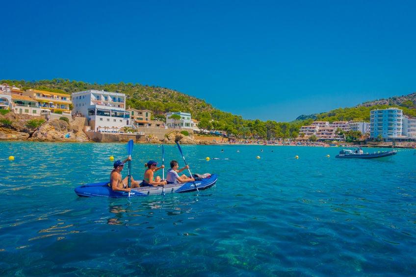 Kajak sejler på stranden i Sant Elm