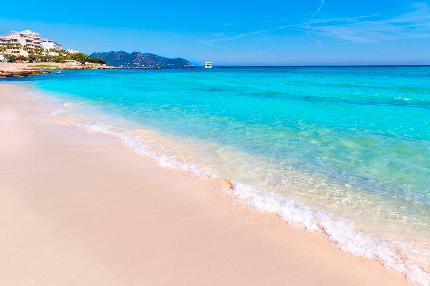 strand og lidt by i Cala Millor