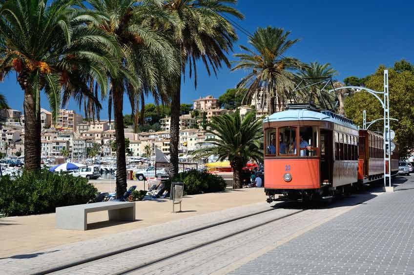 Den klassiske sporvogn kører langs vandet i Puerto De Sóller