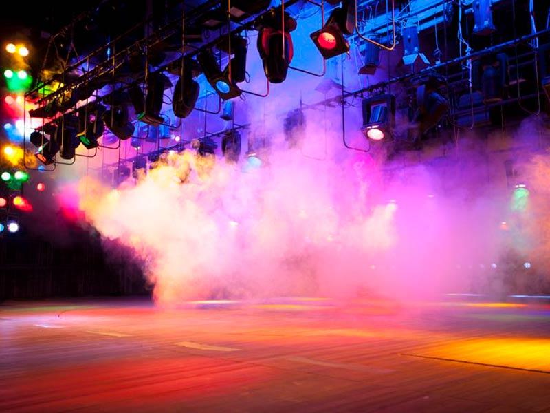 Røgmaskine fylder scenen med damp