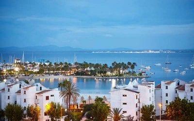 Flot billede over Alcudia havn, så man kan finde ud af hvor man skal bo på Mallorca