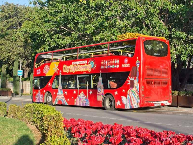 Rød turist sightseeing bus på gaden på Mallorca