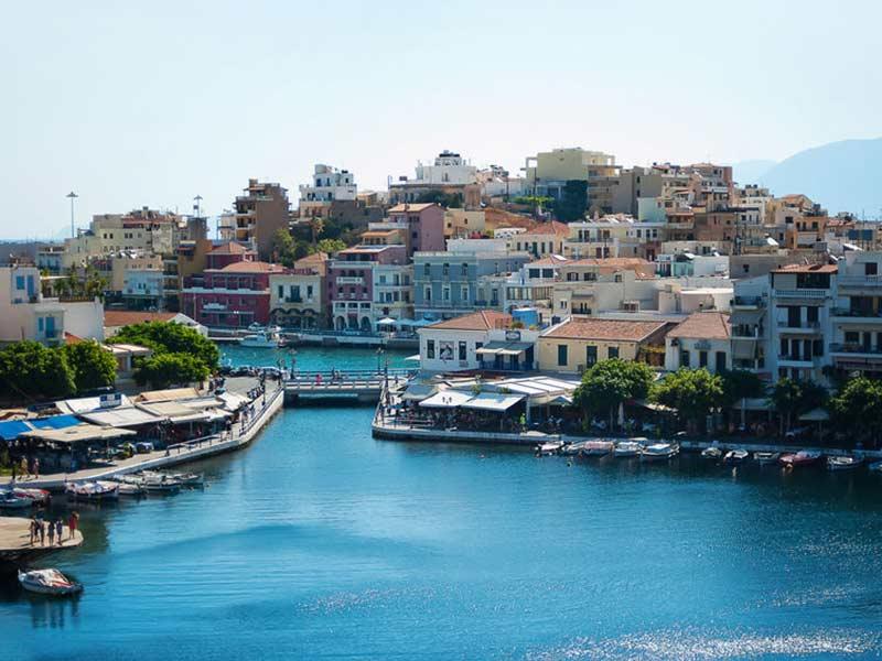 Udsigt over byen Agios Nikolaos på en solskinsdag på Kreta, Grækenland.