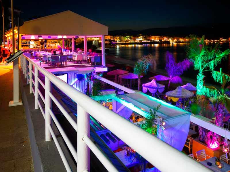 Smuk aften på stranden med lys i mange farver i Hersonissos, Kreta, Grækenland.