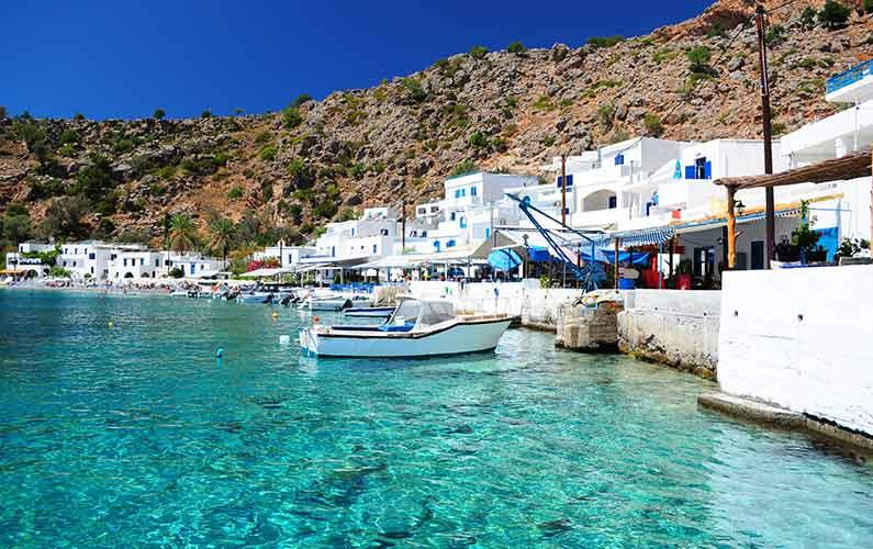 Hvor skal man bo på Kreta - Lystbåde i dejligt blåt vand