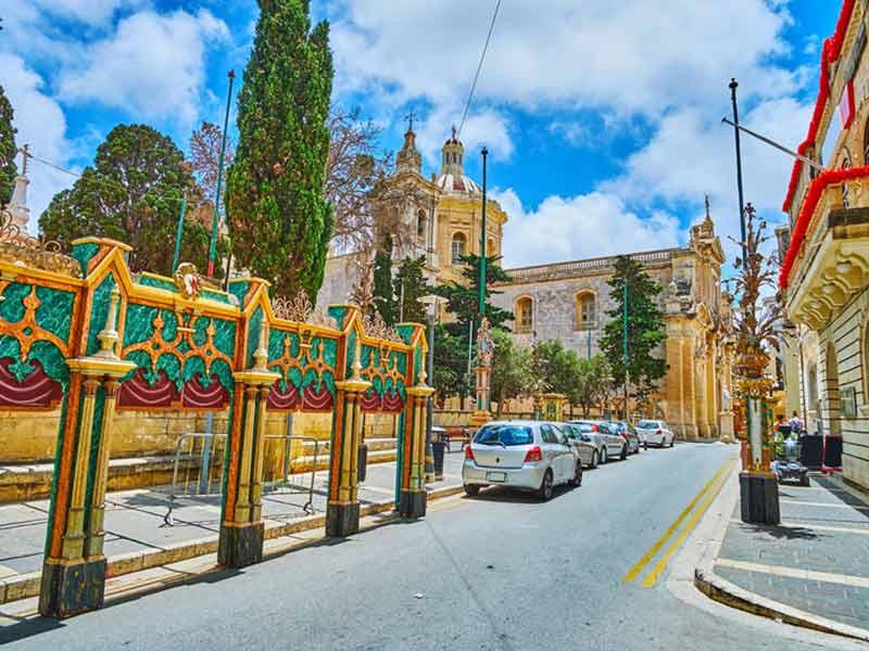 St Paul street med udsigt over Parish Church og interessante festivaldekorationer, Rabat, Malta.