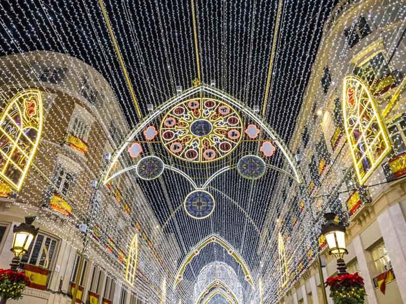 Julepynt på Calle Marques de Larios gade i centrum af Malaga by, Andalusien, Spanien