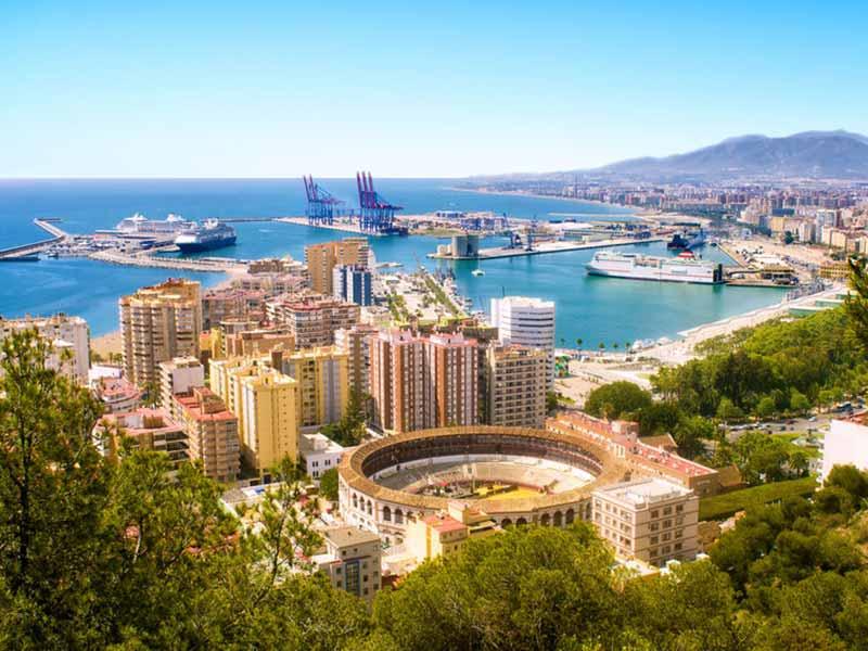 Udsigt over Malaga med tyrefægtningsarena og havn. Spanien